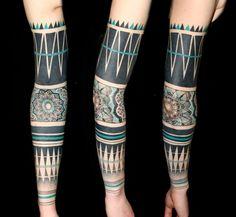 idée de tatouage bras complet: tribal et fleurs