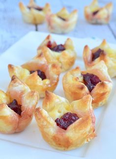 Cranberry brie bladerdeeg hapjes Quick And Easy Appetizers, Easy Appetizer Recipes, Holiday Appetizers, Yummy Appetizers, Brie Bites, Tapas, High Tea Food, Tea Snacks, Food Buffet