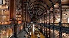 Long Room é a biblioteca da Universidade de Trinity em Dublin Irlanda. Além de ter uma maravilhosa arquitetura e obras de 1200 anos uma das atrações é uma arpa feita de carvalho e salgueiro do século XV.  #olhardemahel #longroom #trinitycollege #dublin #ireland #biblioteca #library #arquitetura  #books #leitura #leitores #pacontecimentos #conhecimento #oldbooks #beautifulplace #placetovisit #travel #cultura #knowledge #rare