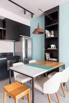 peinture pour meuble de cuisine en gris anthracite murs en bleu pastel, avec niche en gris anthracite, table tricolore en blanc, bleu pastel et jaune, luminaire en cuivre suspendu au dessus de la table