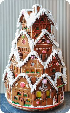 NOW THATS a Gingerbread house ! 10 Gingerbread Houses You HAVE To See! I love this Gingerbread House! Making gingerbread houses is one of my favorite traditions! Christmas Gingerbread House, Noel Christmas, Christmas Goodies, Christmas Desserts, Holiday Treats, Christmas Treats, Gingerbread Houses, Christmas Cakes, Xmas