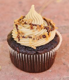 Samoa Cupcakes... this might have to be my substitute since i cant find anyone who sells girl scout cookies (: