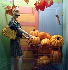 (A través de CASA REINAL) >>>>> Window Display from the retail store Catching Fireflies Gift Shop Magazine Halloween Window Display, Halloween Displays, Store Front Windows, Retail Windows, Visual Merchandising Displays, Visual Display, Fall Store Displays, Shop Displays, Window Display Retail