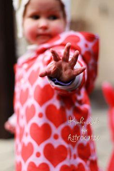 """Sweet Heart-Wintersweat von #ASTROKATZE / Nähbeispiel von """"Kischi's Welt"""" / #sweetheart #herzen #herzchen #hearts #herzchenstoff #stoffdesign #textildesign #organiccotton #rot #rosa #red #pink #diy #sewing Stoff Design, Retro, Hearts, Pink, Textile Design, Fabrics, World, Hot Pink, Rustic"""