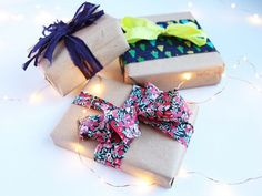 Use fabric scraps to tie up packages for the holidays Fabric Gifts, Fabric Bows, Fabric Scraps, Diy Calendario, Popcorn Garland, Diy And Crafts, Arts And Crafts, Liberty Fabric, Diy Gifts