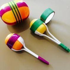 Maracas Plastikeier - My most creative diy and craft list Diy For Kids, Crafts For Kids, Instrument Craft, Diy Vintage, Homemade Instruments, Music Instruments Diy, Music Crafts, Plastic Spoons, Diy Toys