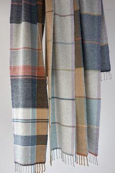 メンズヘリンボーンマフラー Weaving Designs, Weaving Projects, Loom Weaving, Hand Weaving, Woven Scarves, Textile Texture, Textiles, Check Fabric, Tartan Pattern