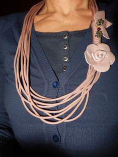 la collana è fatta riciclando una corda...le rose sono costruite con avanzi di pelle
