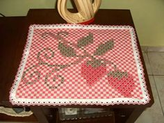 Jogo Americano em tecido xadrez. Chicken Scratch, Patch Quilt, Blackwork, Hand Stitching, Gingham, Diy And Crafts, Projects To Try, Tapestry, Kids Rugs