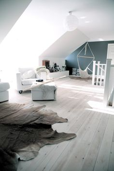 beautiful flooring & love the 1 blue wall Patio Interior, Interior And Exterior, Sweet Home, Attic Spaces, Home And Deco, Interior Design Inspiration, Design Ideas, Home Bedroom, Interiores Design