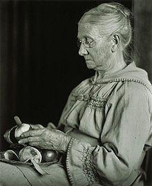 My Mother Peeling Apples, 1910 Imogen Cunningham photo Straight Photography, Imogen Cunningham, Simple Subject, Alfred Stieglitz, History Of Photography, Sunset Photos, Artist Names, Vintage Photographs, Vintage Photos