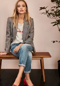 38 Look Good Casual Chic Spring Outfits for Women 2019 - Alles über Damenmode Blazer Outfits Casual, Outfit Chic, Blazer Outfits For Women, Checked Blazer Women Outfit, Red Shoes Outfit, Chic Office Outfit, Office Chic, Office Style, Office Outfits