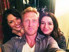 Sara Ramirez (Callie Torres), Kevin McKidd (Owen Hunt) & Caterina Scorsone (Amelia Shepherd) selfie. Grey's Anatomy. [Kevin's Twitter]