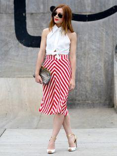 Mit lässigen Accessoires wie Nieten-Clutch und Pilotenbrille kann man zu einem femininen Outfit super Kontraste setzten.