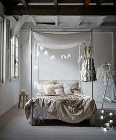 Donkere dagen vragen om warme materialen en gedempt licht: hoe meer wollen kussens en dekens hoe beter!