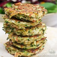 Zucchini Fritters calories, fat, protein My Nonna makes the BEST ones but those are farrrrr from 45 calories ha! Entree Vegan, Healthy Zucchini Fritters, Zucchini Pancakes, Zuchinni Fritters, Zucchini Latkes, Veggie Fritters, Lemon Zucchini, Zucchini Chips, Zucchini Bread