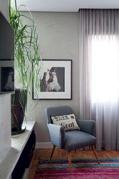 A poltrona foi restaurada com tecido risca-de-giz da Niazi Chohfi Home. Fotografia de Clodovil (1968), de Sérgio Jorge, à venda na Galeria A Casa da Luz Vermelha (Foto: Marco Antonio)