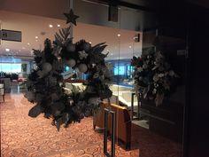 For both glass entrancedoors an artificial Christmas wreath highly decorated with -unbreakable- ornaments ranging in diameter and model. In fresh silver and whites.  Voor beide entreedeuren een kunst kerstkrans royaal versierd met -onbreekbare- verschillende decoraties. In fris zilver en wit.  www.abonneefleur.nl