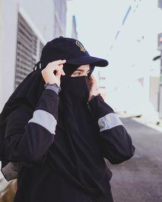 Image may contain: one or more people, hat and outdoor Hijab Niqab, Muslim Hijab, Stylish Hijab, Hijab Chic, Niqab Fashion, Muslim Fashion, Beautiful Muslim Women, Beautiful Hijab, Arab Girls