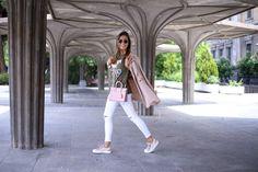 Gabardina/trench: Candem Town, London. Camiseta/tee: Pull&Bear. Jeans: Topshop. Bolso/bag: Yves Saint Laurent. Gafas de sol/sunnies: Rayban. Zapatillas/sneakers: Pompeii.