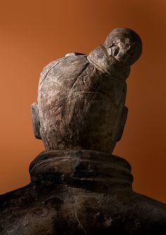 Plakat «Qin – Der unsterbliche Kaiser und seine Terrakottakrieger», Krieger von hinten, orange.