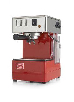 Quick Mill Espresso apparaat, prachtig rood als contrast in de witte keuken