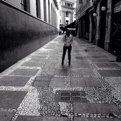 Foto tirada na região da Bovespa, no Centro de São Paulo, em preto e branco.