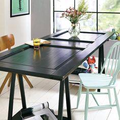 ¿Necesitas una mesa de comedor amplia? Con dos caballetes y una puerta reciclada dispondrás de ella en apenas unas horas. Líjala, píntala y ¡te quedará como nueva!