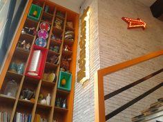 Escalera, nichos y flecha