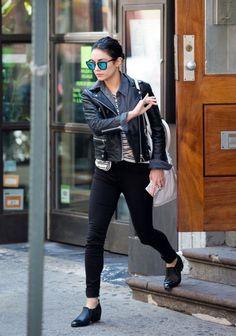 Vanessa Hudgens com camisa listrada , camisa jeans , jaqueta de couro e calça jeans .