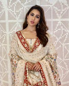 Sara Ali Khan is stunning! Anushka Sharma, Priyanka Chopra, Indian Attire, Indian Wear, Bollywood Fashion, Bollywood Actress, Bollywood Stars, Indian Dresses, Indian Outfits