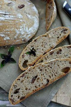 Nu se putea să treacă săptămâna fără să vă arăt ultima mea ispravă: pâine cu măsline Kalamata şi busuioc, o reţetă tot cu maia naturală, aşa cum au fost mai toate dintre cele postate în ultima vreme. Pâinea asta e foarte gustoasă datorită măslinelor din aluat şi are o aromă subtilă şi minunată dată de...Read More Cooking Bread, Ciabatta, Jamie Oliver, Bakery, Good Food, Food And Drink, Gluten, Canning, Red Peppers