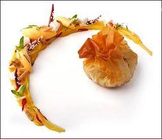 """Une aumonière de homard en mariage avec notre """" Villa Grand Cap """", bonne dégustation à vous. La fraîcheur de ce vin lui permet d'être appréciée avec toute la cuisine de la mer, été comme hiver… C'est en nous promenant le long de la Côte Atlantique, avec ses maisons de famille en front de mer que le nom de la cuvée s'est imposée : Villa Grand Cap... http://www.osmin.fr/index.php?option=com_content=article=422%3Agrand-cap=7%3Ales-villas=535=fr"""