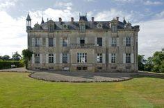 Casa Vogue - Construção do séc 17, reformada e com ares de Castelo, em Foussais-Payré, no interior da França.