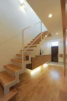 CASE 256 | 光筒のデザイナーズ住宅 古屋市内の密集地に建つ、個性的な表情を外観に持つ木造三階建て住宅です。筒状のトップライトを中心とした事で、縦への空の広がりを確保し、2階をLDK一室として計画したプランで、横への平面の広がりを獲得しました。この建物には縦、横それぞれの「広がり」があります。密集地でありながらも、トップライトの光で包まれた空間が、お施主様のオリジナルスタイルとなりました。 設計監理:フリーダムアーキテクツデザイン 施工場所:名古屋市瑞穂区 Splow House, Space Under Stairs, Steps Design, Japanese Interior, Stairway To Heaven, Entrance Hall, Kitchen Layout, Stairways, Home Interior Design