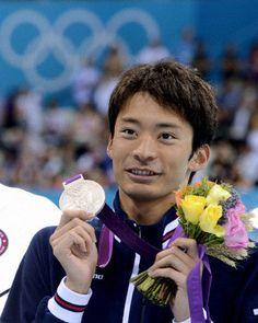 男子200メートル背泳ぎで銀メダルを獲得し、記念撮影でポーズをとる入江陵介=水泳センター(共同)