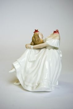 For many, the ceramic work of Scotland based artist Jessica Harrison is initially shocking. Harrison alters these figures with a stomach-turning realism. Ceramic figurines, the type that are ubiq… Kintsugi, Halle Saint Pierre, Arte Horror, Wow Art, Dark Art, Shabby Chic, Porcelain Doll, Painted Porcelain, Porcelain Tiles