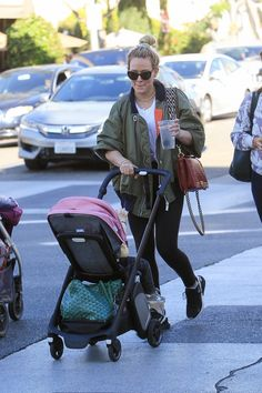 Hilary Duff Having Fun with Her Daughter Banks Violet Bair Out in Beverly Hills Hilary Duff Style, Hilary Duff Baby, Kendall Jenner Outfits, Celebrity Babies, Celebrity Style, Disney Queens, Isla Fisher, Rachel Bilson, Victoria Dress