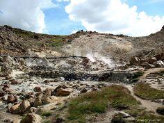 Las Maquinitas son unas termas cercanas a Copahue, denominadas así por el ruido que hacen los vapores al salir, el agua hirviendo de los piletones...