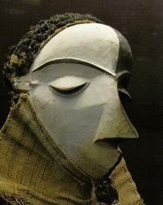 """Máscara Mbuya de un Mbangu Pende (Apunte para un """"colonialismo"""" estético)  En el leopoldino museo del Africa colonial congoleño-belga ubicado en un palacio de las afueras de Bruselas -museo curio…"""