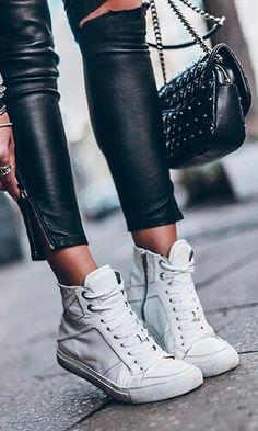 Looks Baskets, Look Adidas, Europe Outfits, Fashion Mode, Golden Goose, Stylish Outfits, Bag Accessories, Trainers, Adidas Sneakers