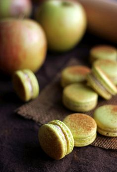 Apple Pie Macarons - use apple pie Filling on this recipe. Make swiss meringue buttercream and add apple pie spice. Add Apple pie spice to cookie Baking Recipes, Cookie Recipes, Dessert Recipes, Just Desserts, Delicious Desserts, Yummy Food, Macaron Flavors, Macaron Filling, Macaron Cookies