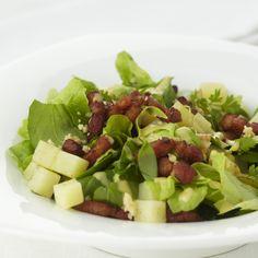 Groene salade met aardappelen en spekblokjes