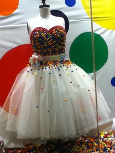 A candy dress. Costume Bonbon, Fashion Show, Fashion Outfits, Fashion Design, Candy Dress, Recycled Dress, Dress Form Mannequin, Candy Theme, Paper Fashion