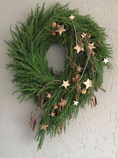 Cute Winter Wreath Decoration Ideas To Compliment Your Door - When most of us think of front door wreaths we think circle, evergreen and Christmas. Wreaths come in all types of materials and shapes. Noel Christmas, Rustic Christmas, Christmas Projects, Winter Christmas, All Things Christmas, Christmas Flowers, Deco Floral, Holiday Wreaths, Holiday Decor
