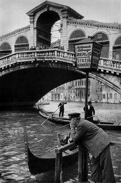 Henri Cartier-Bresson Italy, Venice The Rialto Bridge on the Grand Canal Henri Cartier Bresson, Grand Canal, Magnum Photos, Candid Photography, Street Photography, Urban Photography, Color Photography, Fotografia Social, Rialto Bridge