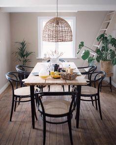 Dining Room Paint Colors, Dining Room Art, Dining Room Design, Black Interior Doors, Interior Exterior, Room Interior, Black Kitchen Island, Dining Room Table Centerpieces, Minimalist Dining Room