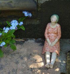 Une artiste anglaise qui sculpte des personnages ( souvent des femmes) à poser çà et là .... Une sélection Pour en voir plus