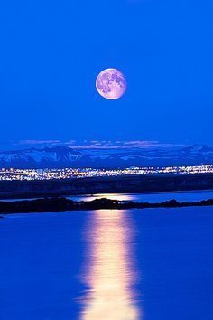 The moon over reykjavik ..