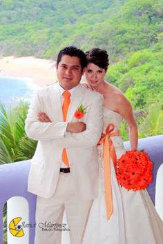 Ramo hecho con gerberas en color naranja ideal para tu boda en playa por Bodas Huatulco